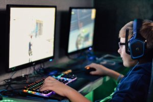 Kids plays online game with friends